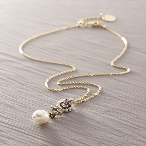Above and beyond. Short pearl necklace