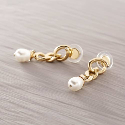 French minimal. Drop earrings with pearls
