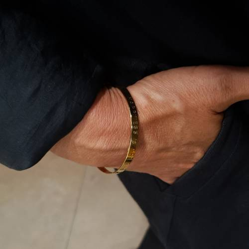 Lifetime happiness in gold. Cuff bracelet