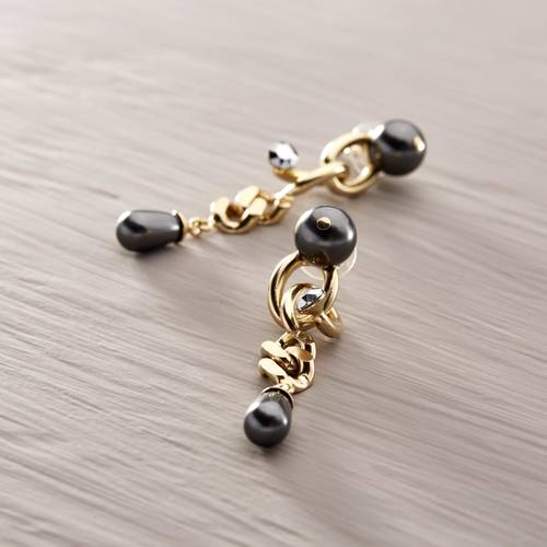 Madame. Chain earrings with black pearls