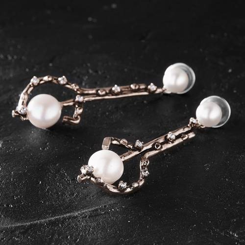 The new Vermeer. Rose gold drop earrings with pearls