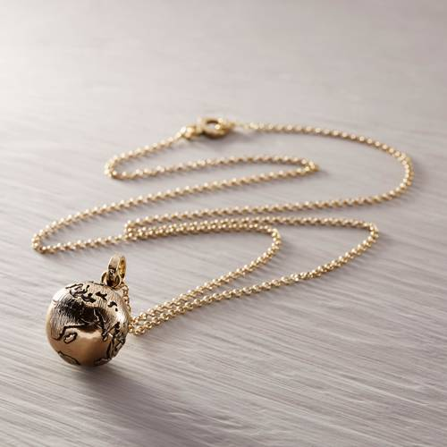 The world is my oyster. Chain necklace with a globe pendant